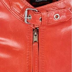 blouson en cuir de buffle col rond rouge brillant vue gros plan